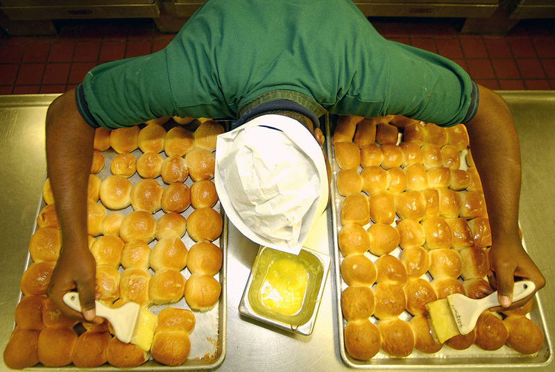 800px-US_Navy_031114-N-9769P-054_Mess_Management_Specialist_Seaman_Lamar_Hardy,_from_Indianapolis,_Ind_,_applies_butter_to_freshly_baked_dinner_rolls
