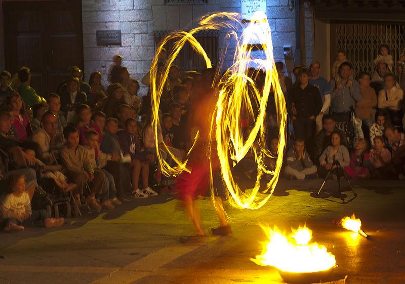 Juegos_de_luz_en_la_plaza_de_España,_Calatayud,_España,_2012-09-01,_DD_02